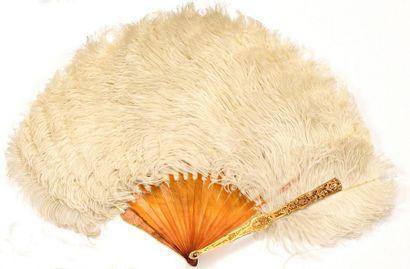 Eventail en plumes d'autruches blanches....