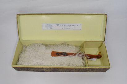 Eventail en plumes d'autruches blanches,...