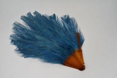Eventail en plumes d'autruches teintées bleus...