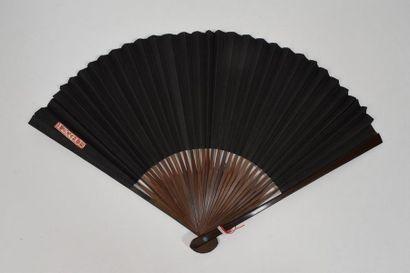 Eventail d'homme, la feuille en fort papier noir.  Monture en bambou.  Chine, seconde...