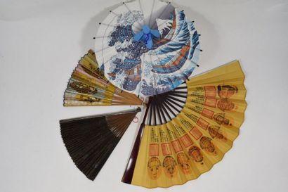 Lot de trois éventails chinois et d'une ombrelle...