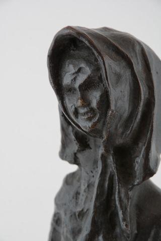 WINANT, Alice (1928-1989) Femme au foulard Bronze à patine sombre Signé sur la base:...