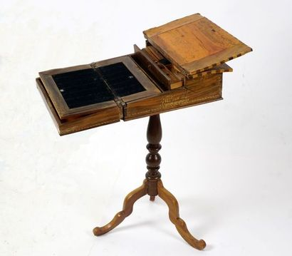 Petite table de jeu finement marquetée, s'ouvrant...