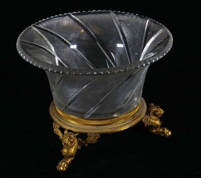 Grand vase en verre taillé sur monture tripode...