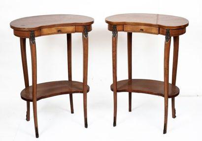 Paire de petites tables rognon, ouvre à un...