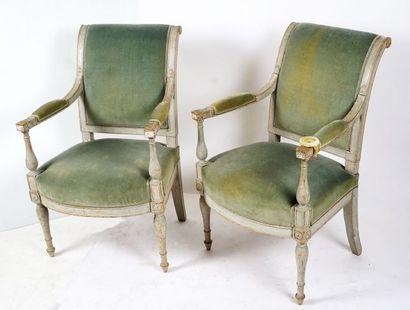 Paire de fauteuils laqués gris recouverts...