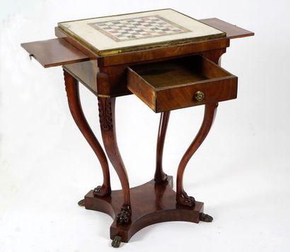 Petite table de jeu quadripode, les pattes...