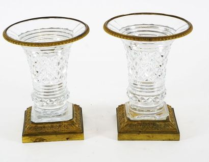 Paire de vases trompette en cristal taillé,...