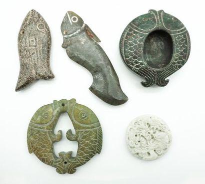 Ensemble de 5 pendentifs et sujets archaïsants...