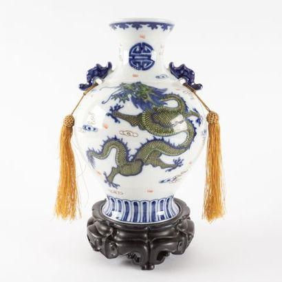 Vase globulaire dragon émaillé bleu et blanc,...
