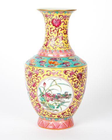Vase balustre de la famille Rose « Jardin...