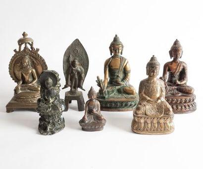 Ensemble de 7 statuettes en bronze, représentant...