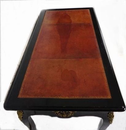 Bureau plat laqué noir début XVIIIe, ornements de bronze doré et ciselé, poignées...