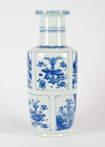 Vase bleu et blanc de style rouleau, décoré...