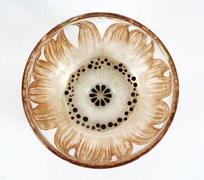 Petit bol en verre gravé René Lalique au motif fleur avec points d'émails noir au...
