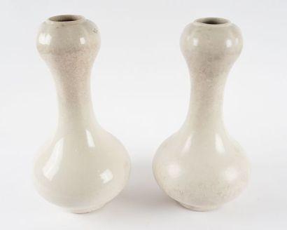 Paire de vases à cols bulbeux en céramique...