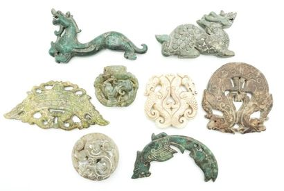 Ensemble de 8 pendentifs et sujets en pierres...