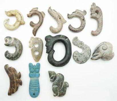 Ensemble de 13 pendentifs et sujets archaïsants...