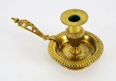 Bougeoir à main en bronze doré aux pourtours...