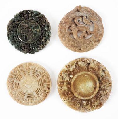 Ensemble de 4 pendentifs circulaires en pierres...