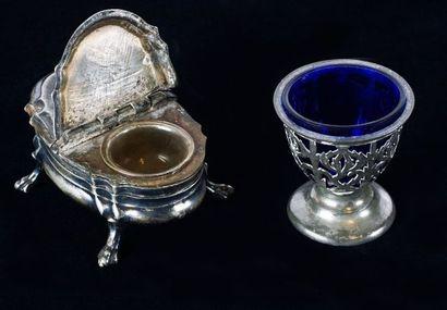 Petit vase en verre bleu, monture en métal...