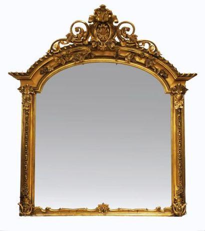 Miroir mural style Louis XV en bois doré...