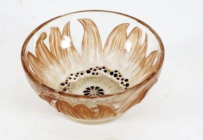 Petit bol en verre gravé René Lalique au...
