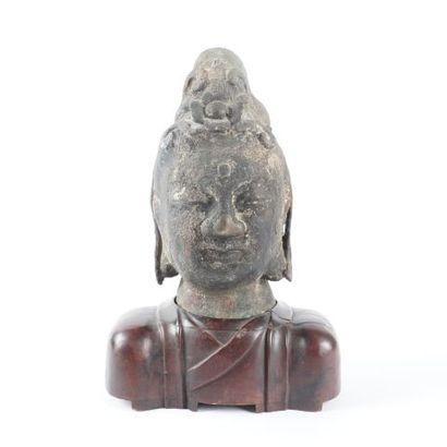 Tête de Guanyin en bronze sur base en bois....