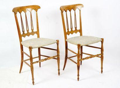 Paire de fines chaises de théâtre en bois...
