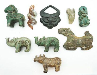 Ensemble de 9 pendentifs et sujets archaïsants...