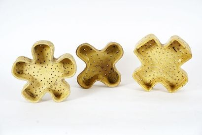 Trois faisselles polylobées vernissées beige...