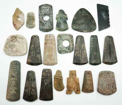 Ensemble de 20 haches archaïsantes en pierres...