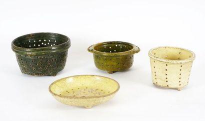 Quatre faisselles de forme cylindrique sur...