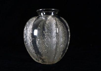 """Vase """"Chardons"""" René Lalique  Verre transparent moulé, aux motifs de branches et..."""