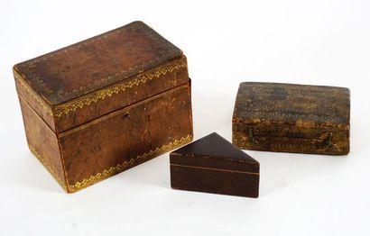 Coffret à lettres, en bois marouflé de cuir...