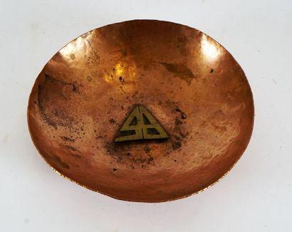 Dinanderie, initiales en bronze en applique,...