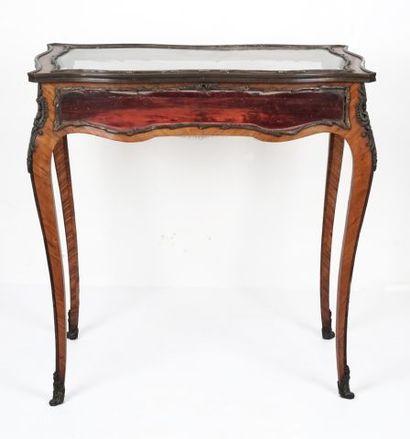Table vitrine en bois de placage de style...