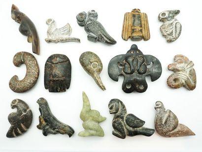 Ensemble de 15 pendentifs et sujets archaïsants...