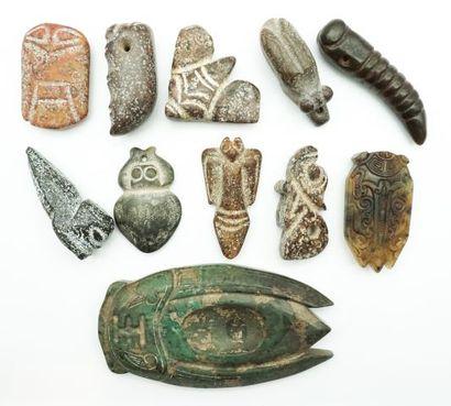 Ensemble de 11 pendentifs et sujets archaïsants...