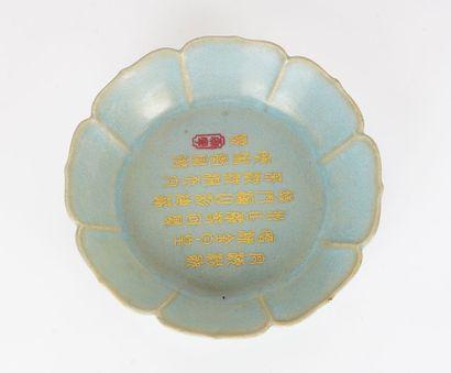 COUPE  Coupe lotiforme en porcelaine émaillée...