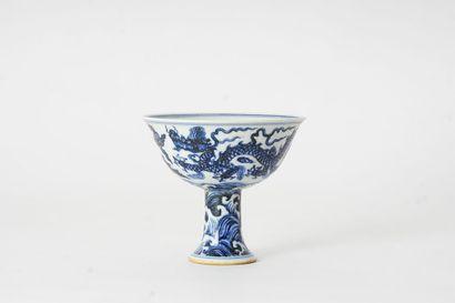 COUPE  Coupe sur piédouche en porcelaine,...