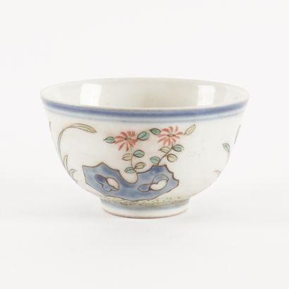 Tasse à thé de la famille rose « Jardin rocheux », marque de règne Tongzhi.  Chine,...