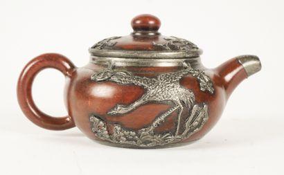 THÉIÈRE  Théière en yixing recouverte d'une décoration en métal représentant des...