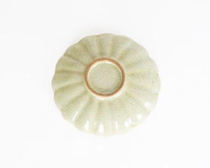 COUPE  Coupe en céramique émaillée de céladon craquelé, reprenant la forme d'une...