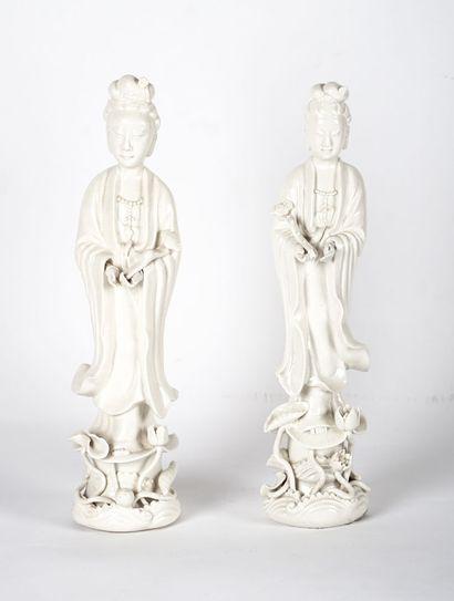 GUANYIN  Deux figures en blanc de Chine représentant...