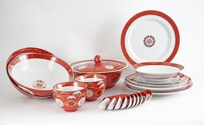 Grant ensemble de vaisselle serti de rouge...