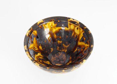 BOL À THÉ  Coupe en céramique à émail brun et ocre de l'époque Yuan.  Diamètre :...