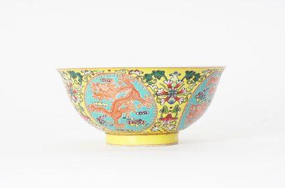COUPE  Coupe en porcelaine à décor polychrome...