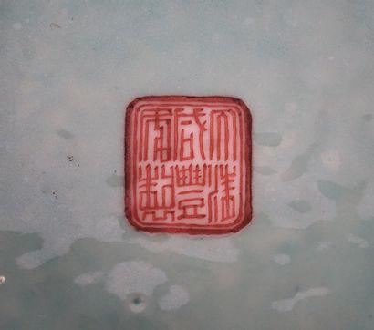PORCELAINE  Coupe chinoise en porcelaine émaillée dont la base est estampée de la...