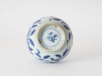 VASE  Un vase bouteille en porcelaine, à décor en bleu sous couverte de fleurs et...